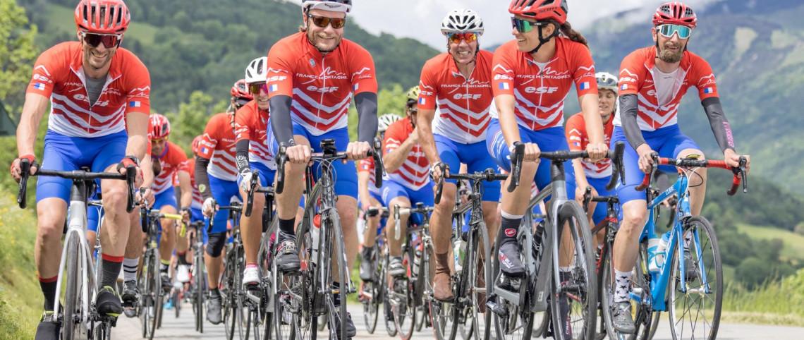 Le peloton France Montagnes sur la route du Critérium du Dauphiné