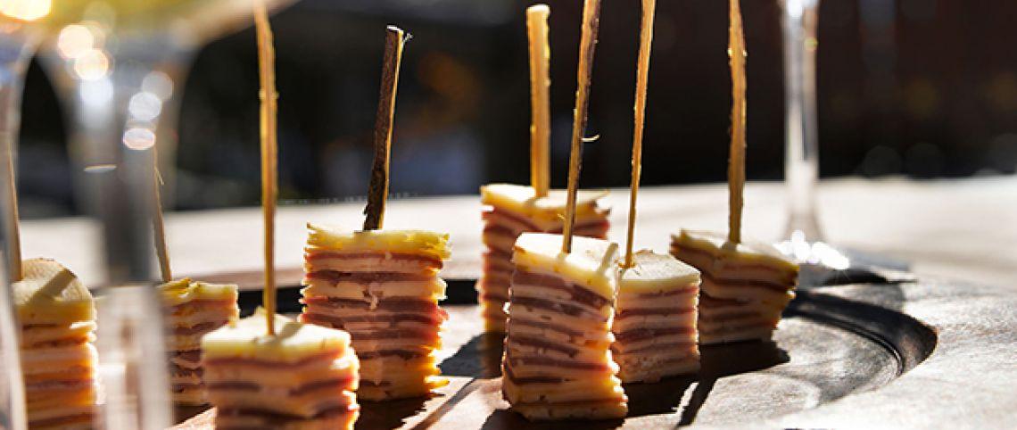 Millefeuilles de tomme, jambon cru et pommes de Savoie, au bâton de réglisse