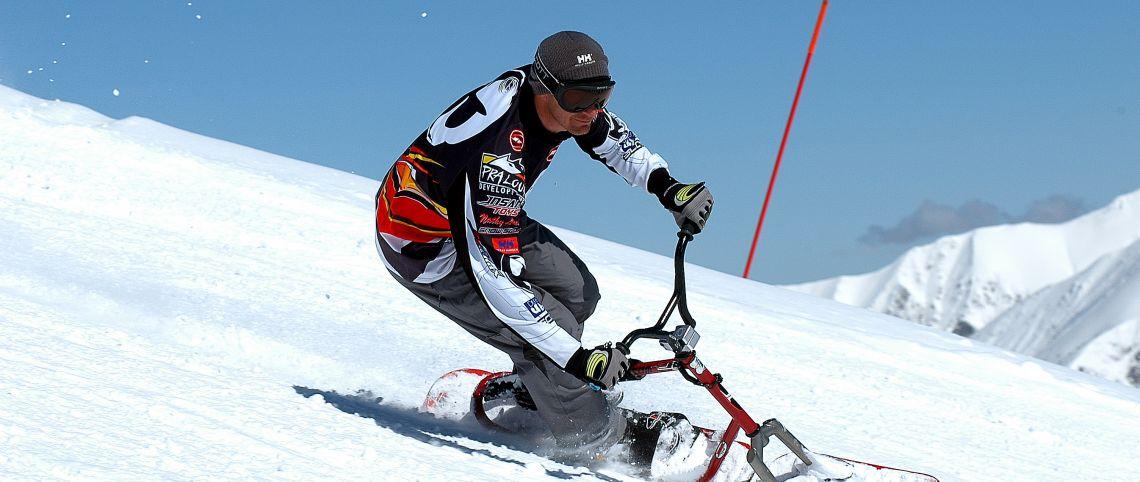 Mi-vélo, mi-snowboard : découvrez le snowscoot - France Montagnes - Site  Officiel des Stations de Ski en France